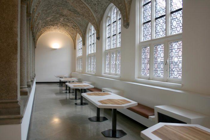 Interieur de monumentale bibliotheek van de TU Delft